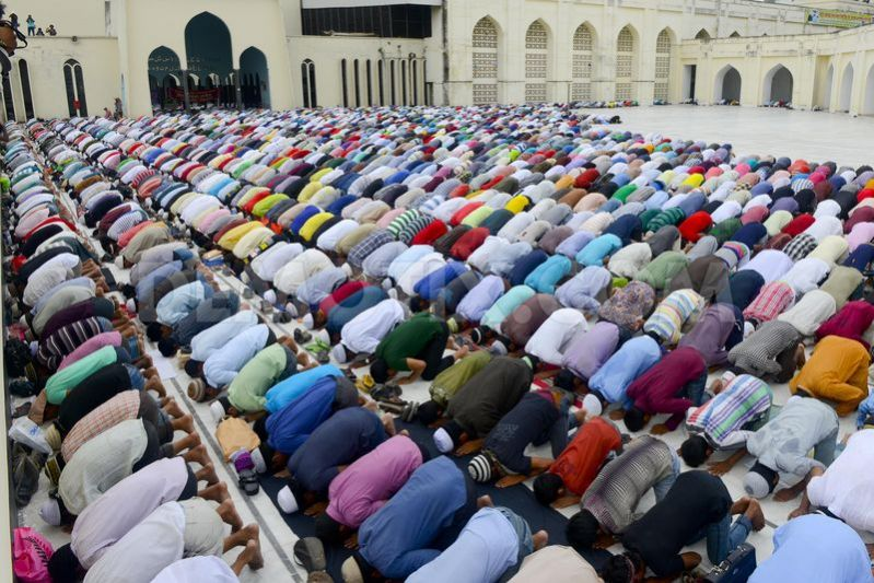 1375450800-prayers-on-the-last-friday-of-ramadan-in-bangladesh_2327393