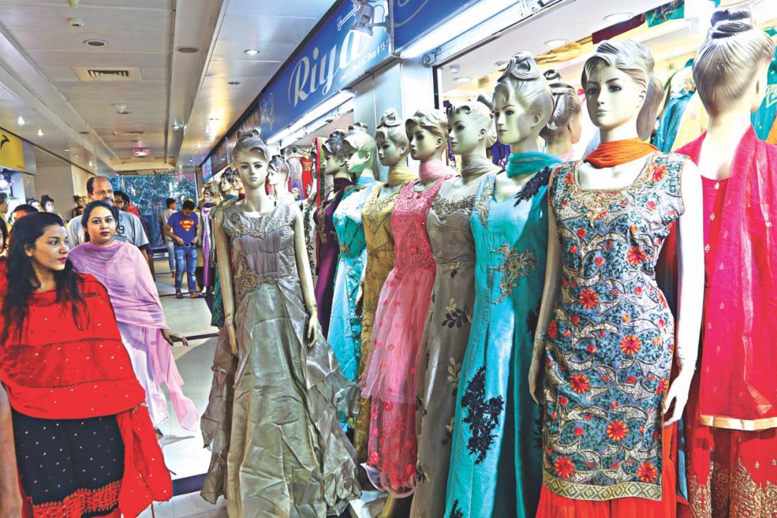 インド製衣料が、衣料品大国バングラデシュの販売業界を脅かしています。